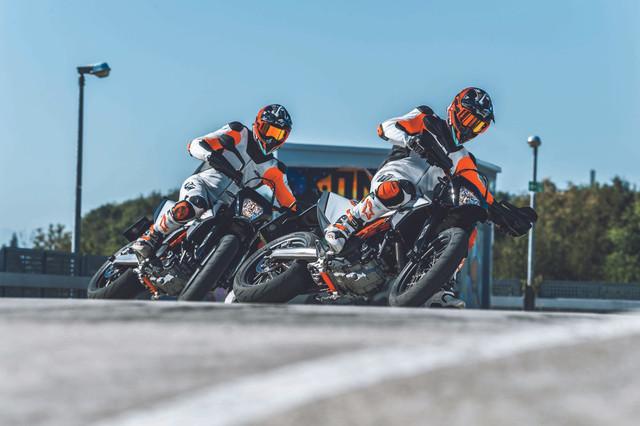 2019-KTM-690-SMC-R-supermoto-07