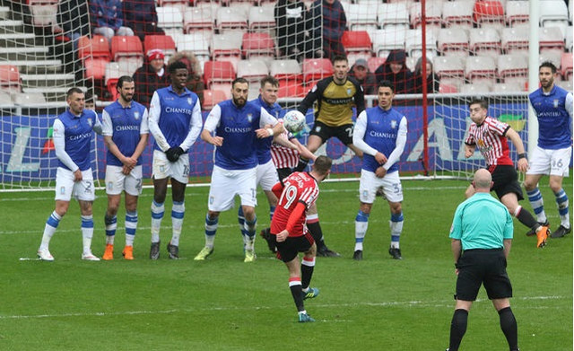 Aiden_mcgeady_of_sunderland_takes_a_free_kick_during_the_sky_bet_901192