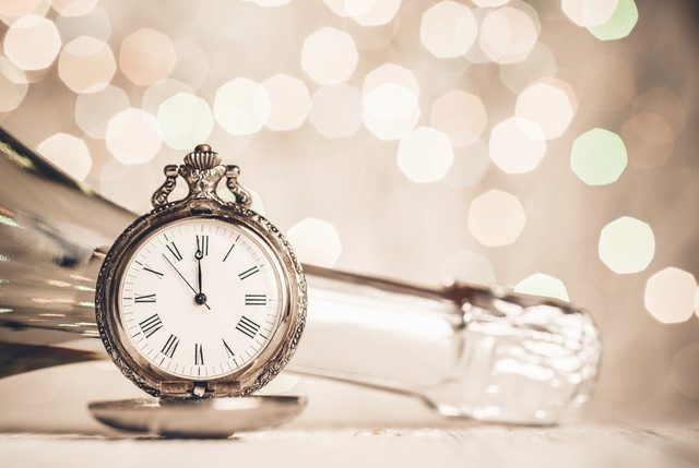 Champagne_and_clock_New_Year_i_Stock_000074812161_Large