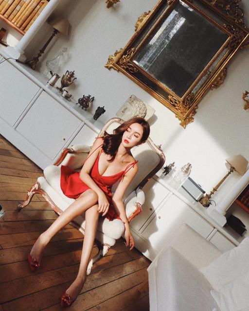 長腿正妹Katherine_Han_沙灘換上白色比基尼...一雙筆直長腿太搶鏡
