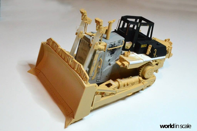 Caterpillar D9 - 1:35 v. Meng (Umbau zur zivilen Version) 23550038_940006516166864_1694271633004637103_o