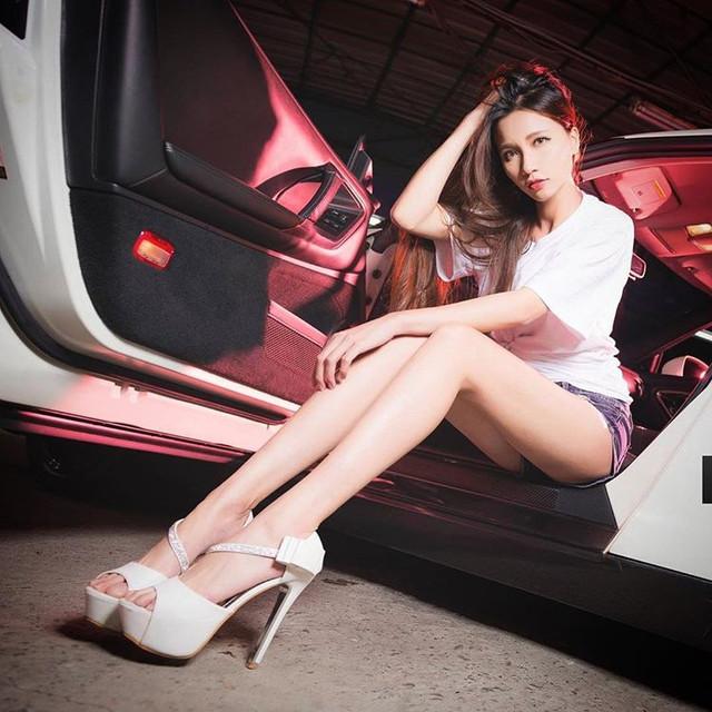美腿女神Candice蔡譯心車上黑絲抬腿_駕駛要要怎麼專心開車啦