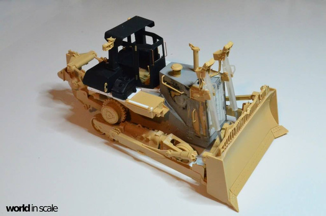 Caterpillar D9 - 1:35 v. Meng (Umbau zur zivilen Version) 23592435_940006246166891_5267704035468090746_o