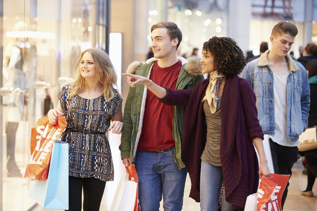 Friends_Shopping_i_Stock_000041485814_Medium