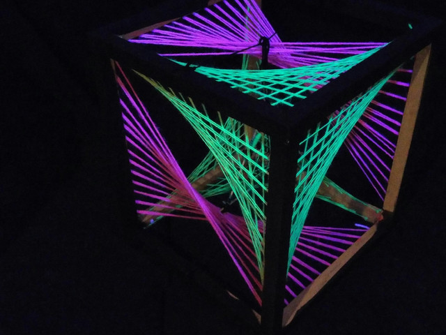 Uv-aktiivininen string art