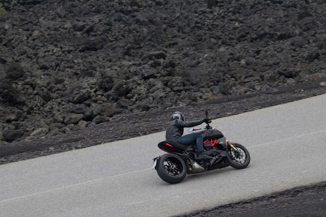 2019-Ducati-Diavel-1260-S-14