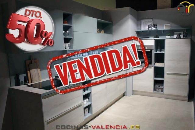 Cocina en oferta en Valencia la 50% descuento por cambio de exposición. Modelo HALIFAX en tonos madera y azul turquesa.