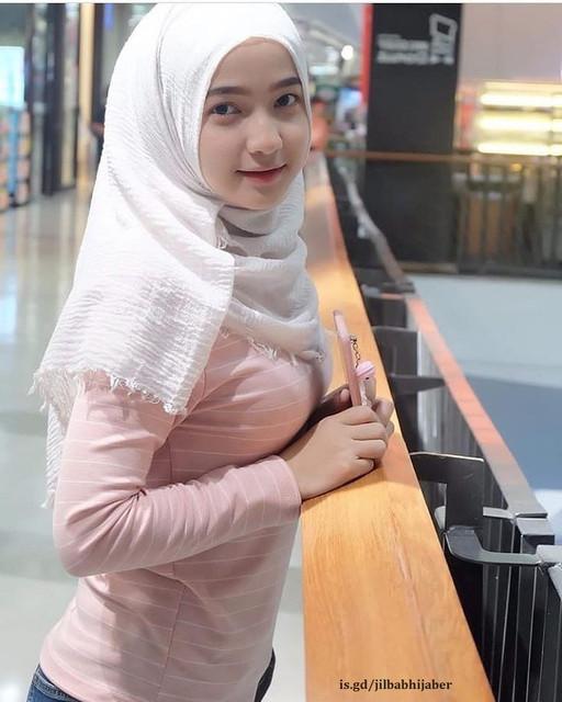 https://preview.ibb.co/g03eup/jhs_photo_wanita_cantik_berjilbab_putih_baju_kaos_pegang_handphone.jpg