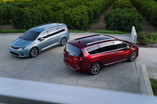 2017_Chrysler_Pacifica_Hybrid_left_and_Chrysler_Pacifica_rig