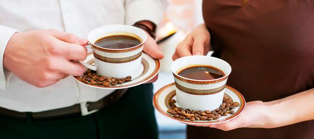 personas bebiendo café