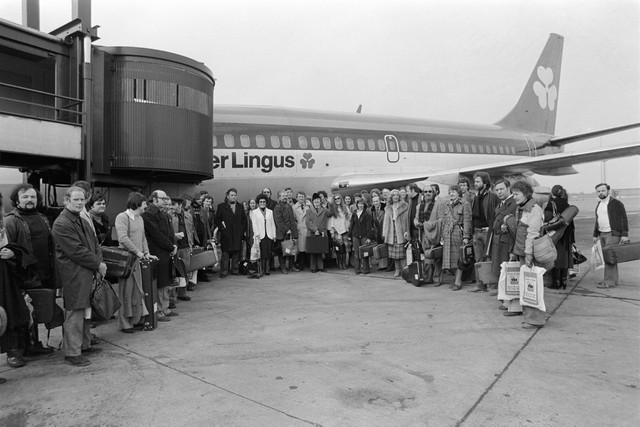1980_RTE_Symphony_Orchestra_at_Dublin_Airport_3_March_1980_before_departing_for_a_13_concert_three_week_European_tour
