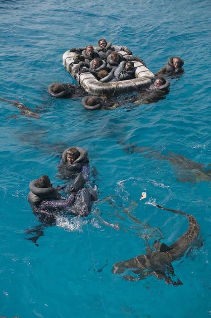 Fotograma de ficción de los marineros del USS Indianápolis