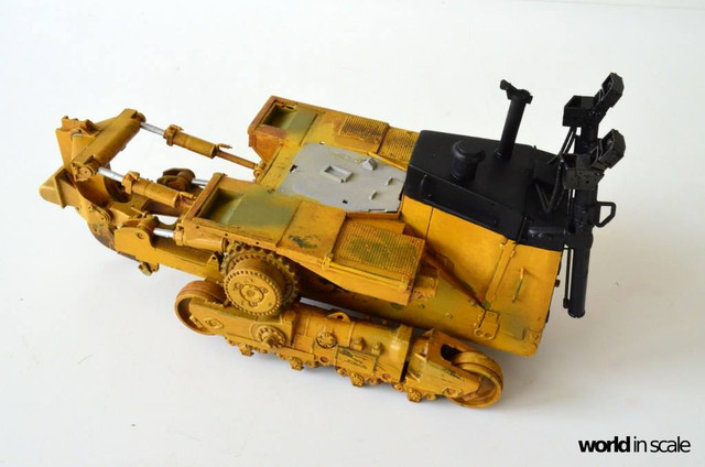 Caterpillar D9 - 1:35 v. Meng (Umbau zur zivilen Version) 23916312_946718228829026_1813769511072772793_o