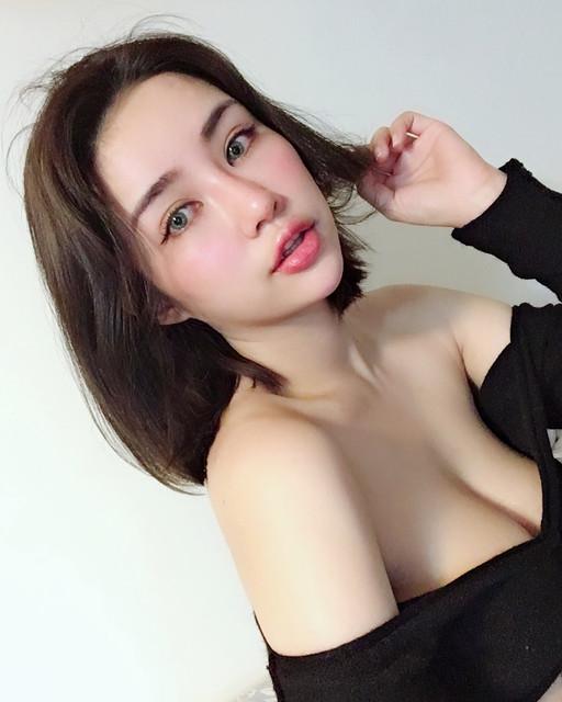 胸罩包不住!白嫩嫩爆乳妹_狂野紅艷內衣誘惑_黃米可