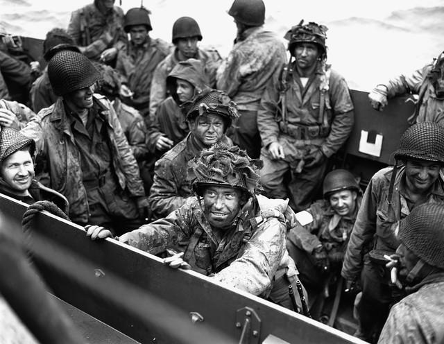 Elementos del 327 de Planeadores de la 101 desembarcando en Normandía. No todos llegaron por aire