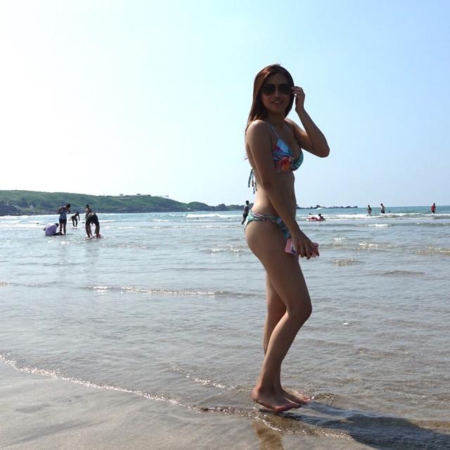 長庚準牙醫師柯品瑄_脫下實習醫師戰袍海灘換上比基尼大秀緊實美臀與好身材