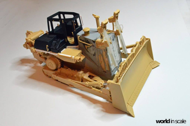 Caterpillar D9 - 1:35 v. Meng (Umbau zur zivilen Version) 23592050_940006582833524_3678538209158979064_o