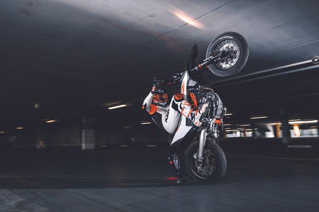 2019-KTM-690-SMC-R-supermoto-03
