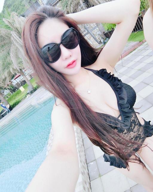 白淨美大腿魅力網店店長_深V泳裝美乳曲線_Dolly_高宇涵