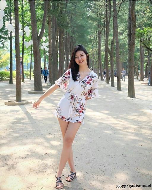 https://preview.ibb.co/iODvVy/gaya_photo_model_gadis_cantik_di_taman_pohon.jpg