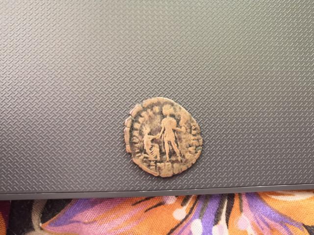 AE2 de Graciano. REPARATIO - REIPVB. Emperador dando la mano a mujer arrodillada. Roma. IMG_20180711_110004