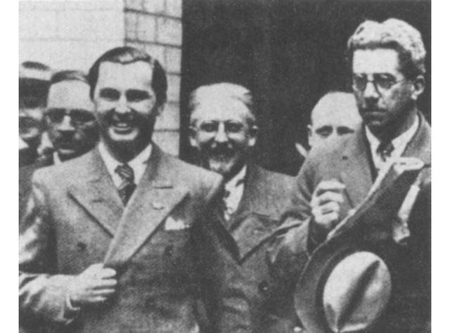 Léon Degrelle saliendo del Palacio Real de Bruselas, en 1935