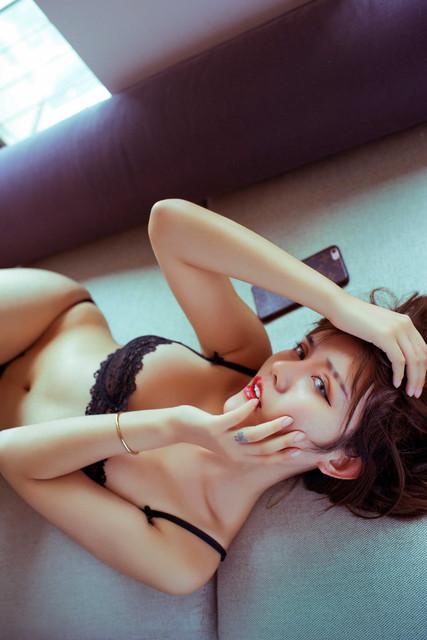 Foto Sexy Cewek Panggilan di Ranjang Hotel