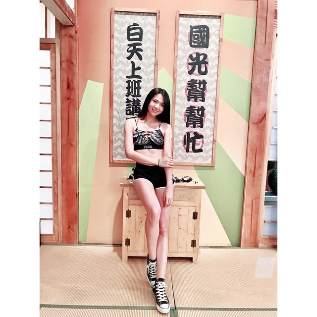正妹Jasmine台南晶英酒店穿上黑色泳裝_好身材連旁邊游泳小朋友都愛看