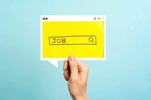 Un buscador donde se escribe la palabra trabajo en ingles
