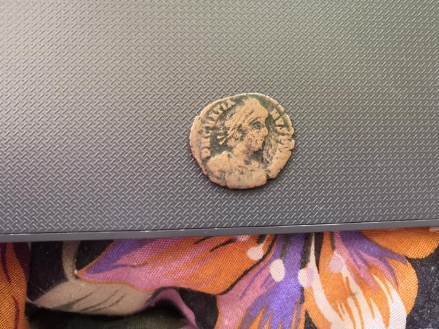 AE2 de Graciano. REPARATIO - REIPVB. Emperador dando la mano a mujer arrodillada. Roma. IMG_20180711_110138