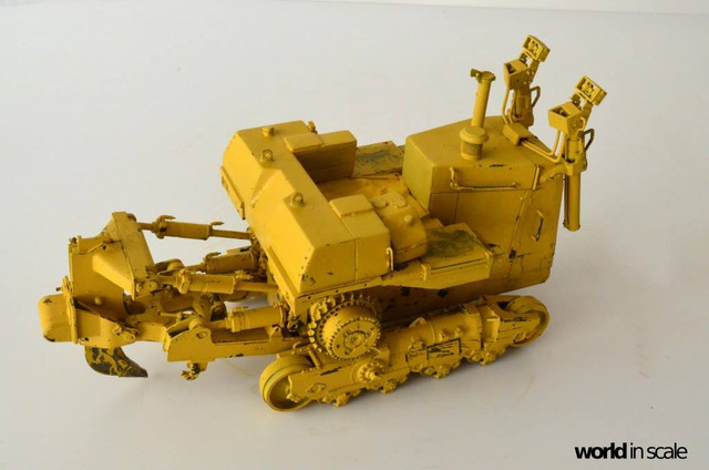 Caterpillar D9 - 1:35 v. Meng (Umbau zur zivilen Version) 23632291_942635565903959_3561438384099474236_o