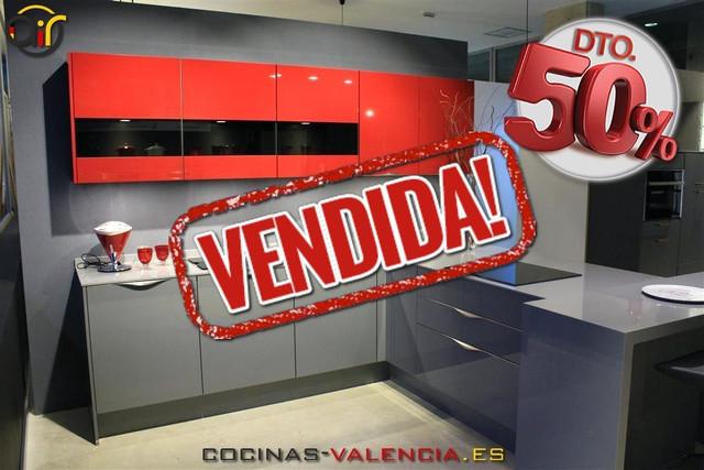 Muebles de cocina en oferta en outlet de cocinas en Valencia. Modelo Focus combinado con Flash en gris y rojos