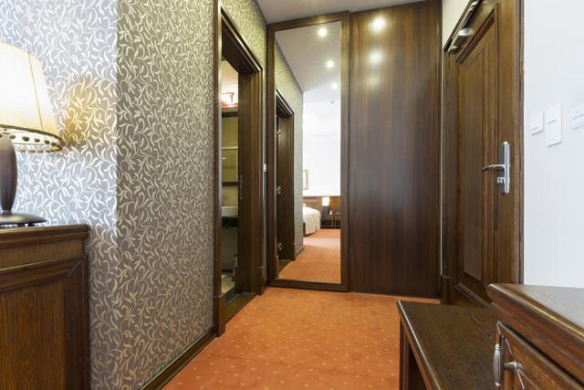 sliding_doors_hotel_room