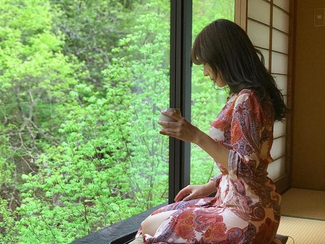 氣質女神Bonnie黃家怡穿浴袍自拍_若隱若現的美胸引人遐想
