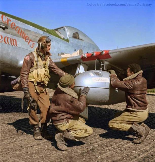 Edward C. Gleed y dos aviadores de Tuskegee no identificados, en la base aérea de Ramitelli, Italia, ajustando el tanque de gasolina extra. Marzo de 1945
