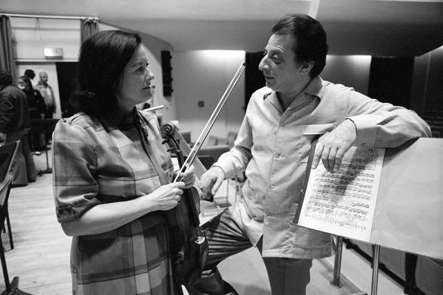 1985_Violinist_Geraldine_O_Grady_and_conductor_Ja_nos_Fu_rst_1985