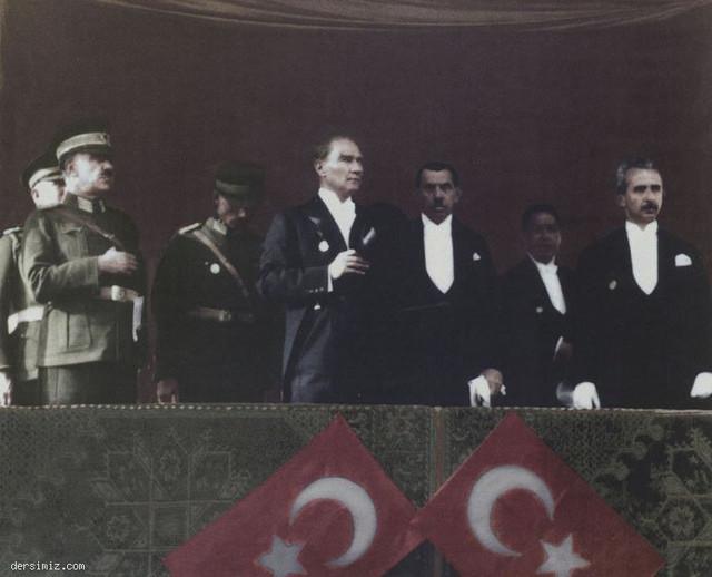 [Resim: Cumhuriyet-Bayramiinda-seref-tribununde.jpg]